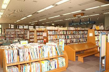 合志図書館館内