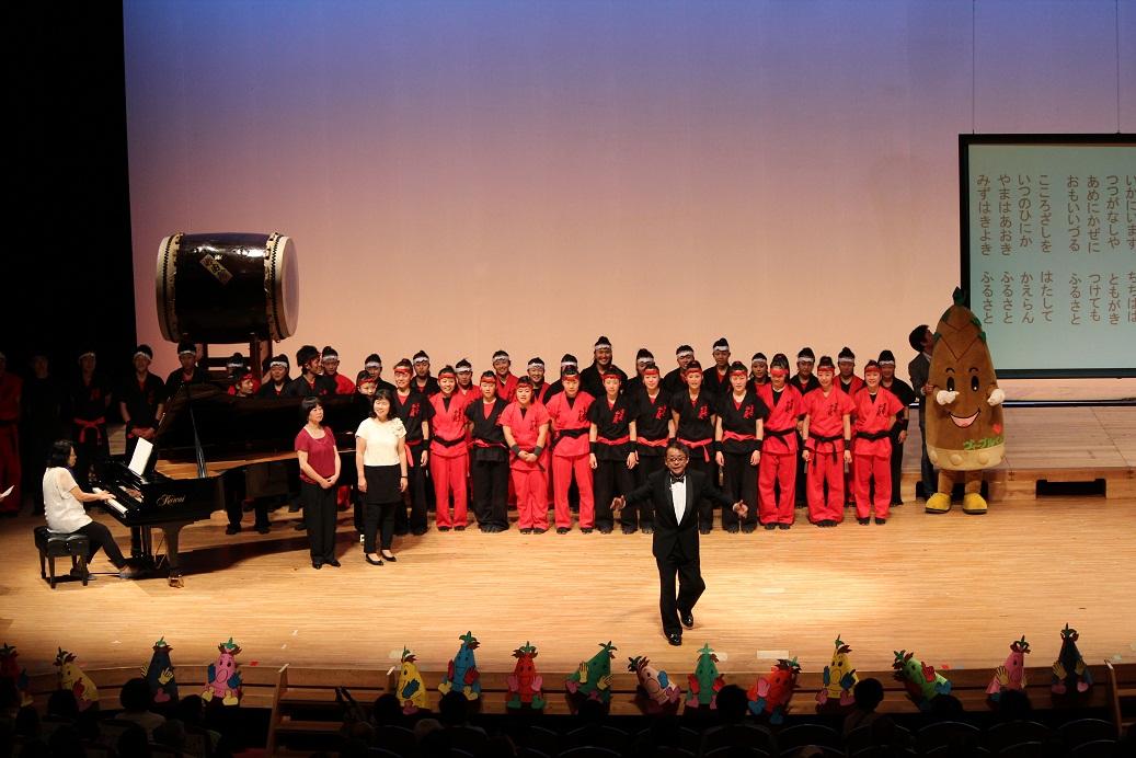 19枚目必由館高校の生徒と合唱するヴィーブルくん