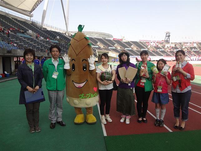 15枚目 チームクラッシーノとピッチリポーターの風戸直子さんと記念撮影