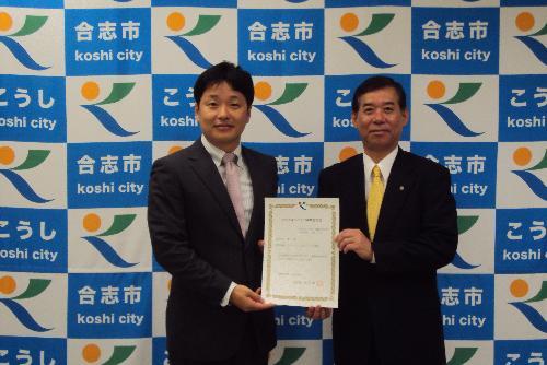 (株)くまもと健康支援研究所 松尾洋 代表取締役(左)と荒木市長(右)