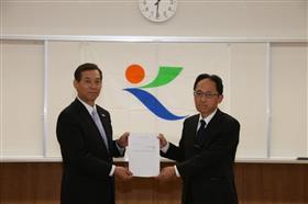 上田欣也運営審議会会長と市長