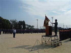団旗に敬礼する消防団員