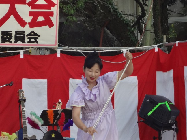 49枚目_ヴィーブルくん、「高野和子さんによる手品ショー」を鑑賞する